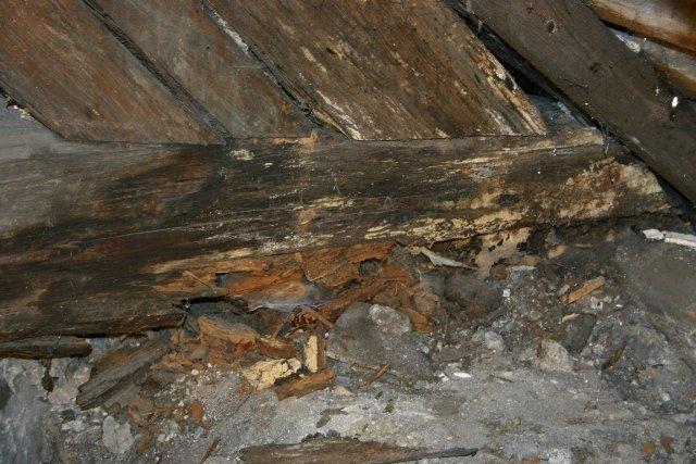 Totalnie zgniłe części poszycia dachowego