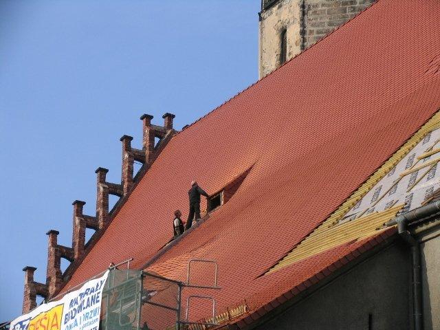 Pierwsze połacie naprawionego i pokrytego nową dachówką dachu