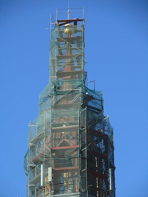 Rusztowania musiały dotrzeć aż do samego szczytu wieży