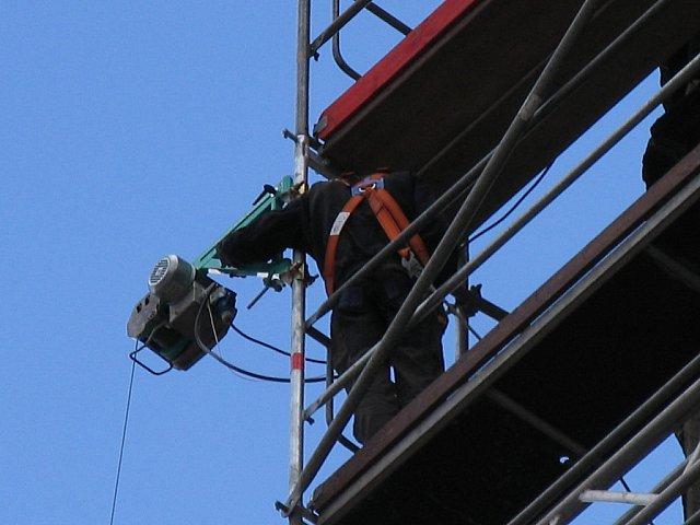 Ze względu na wysokość /70 m/ wszyscy pracownicy musieli być zabezpieczani