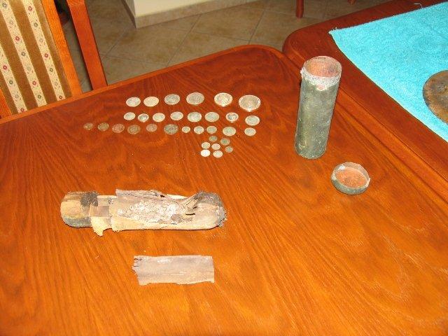 Metalowy cylinder zawierał pamiątkowe monety z czasów przebudowy kościoła i wieży, czyli z okresu od XVII do XIX w.
