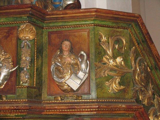 Barokowy kosz ambony z niewidoczną już polichromią