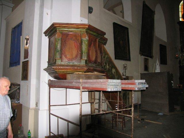 Barokowy kosz ambony podczas demontażu