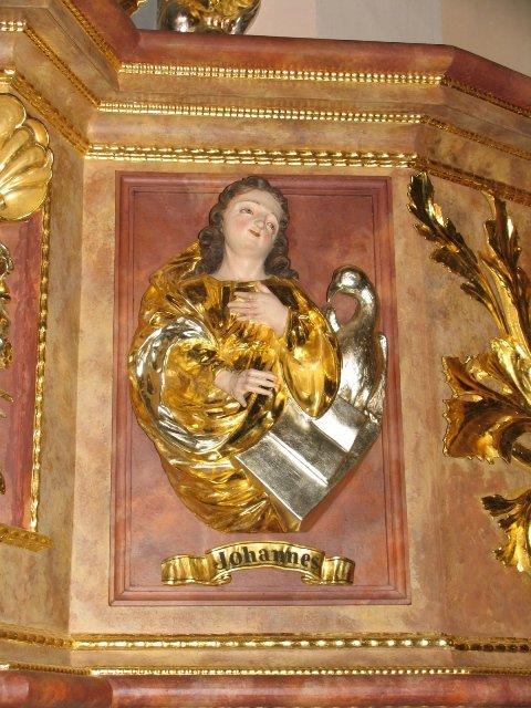 Odrestaurowane barokowe płaskorzeźby ewangelistów z kosza ambony