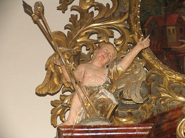Barokowy anioł z nastawy ołtarza Najśw. Serca Pana Jezusa z narzędziami męki Pańskiej /przed konserwacją/