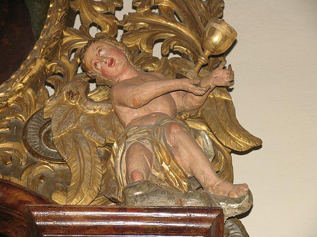 Barokowy anioł z nastawy ołtarza Najśw. Serca Pana Jezusa z kielichem męki Pańskiej /przed konserwacją/