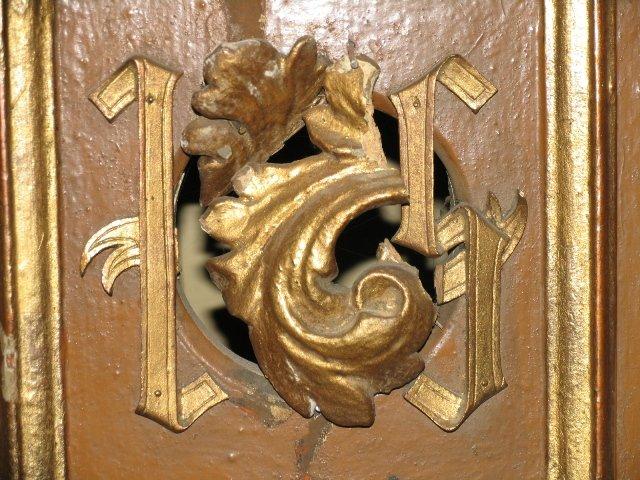 Uszkodzone litery IHS w drzwiczkach barokowego sakramentarium