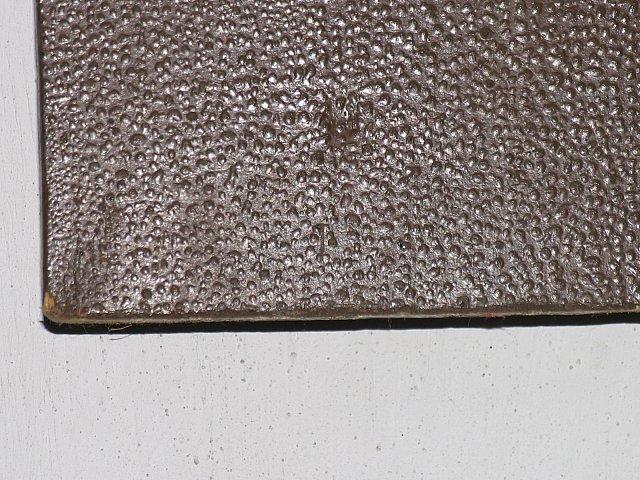 Pęcherze polichromii na drewnie krucyfiksu